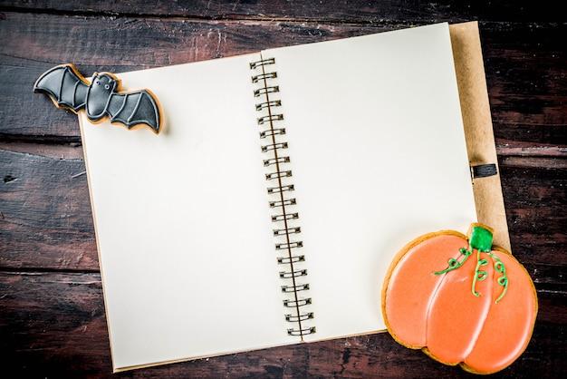 Tradycyjne halloweenowe ciasteczka z notatnikiem