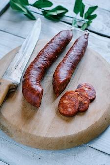 Tradycyjne hiszpańskie chorizo na płycie kuchennej
