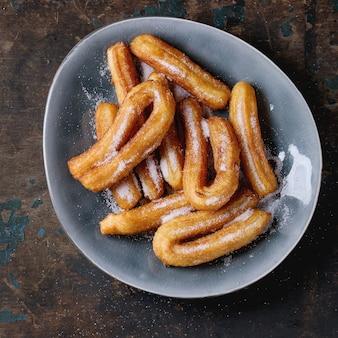 Tradycyjne hiszpańskie churros z cukrem