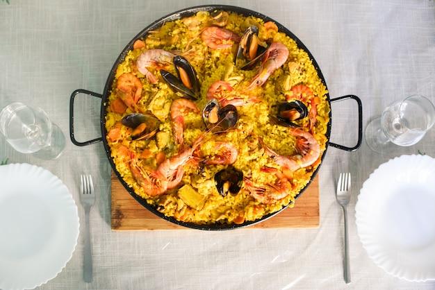 Tradycyjne hiszpańskie danie paella z krewetkami i małżami