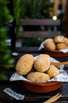 Tradycyjne hiszpańskie krokiety z dorszem