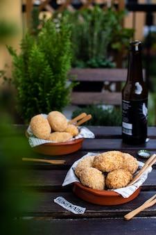 Tradycyjne hiszpańskie krokiety z szynką jamon