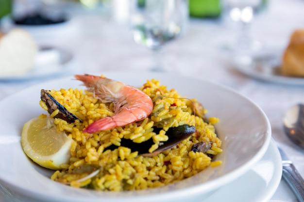Tradycyjne hiszpańskie owoce morza paella