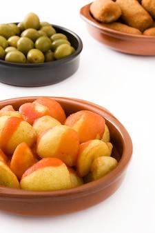 Tradycyjne hiszpańskie tapas z krokietami, oliwkami i patatas bravas odizolowywającymi na białym tle