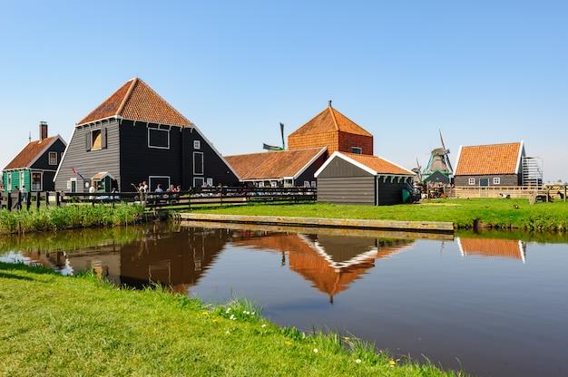 Tradycyjne holenderskie domy wiejskie w zaanse schans, holandia