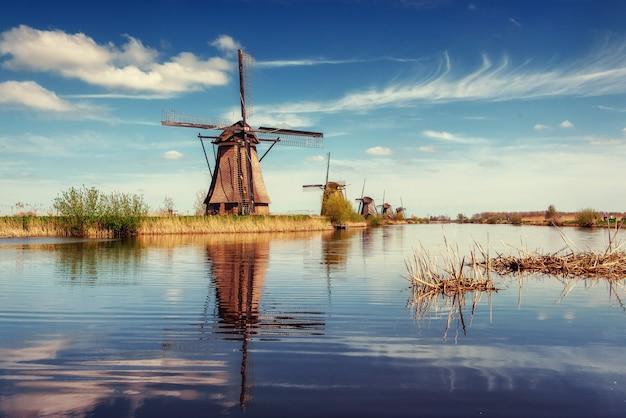 Tradycyjne holenderskie wiatraki z kanału rotterdam. holandia