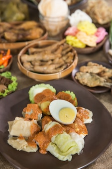 Tradycyjne indonezyjskie jedzenie z sosem orzechowym