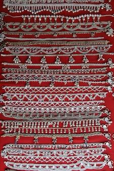 Tradycyjne indyjskie bransoletki z rękodziełem na ulicznym targu arambol goa india