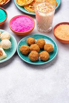 Tradycyjne indyjskie jedzenie laddu na holi