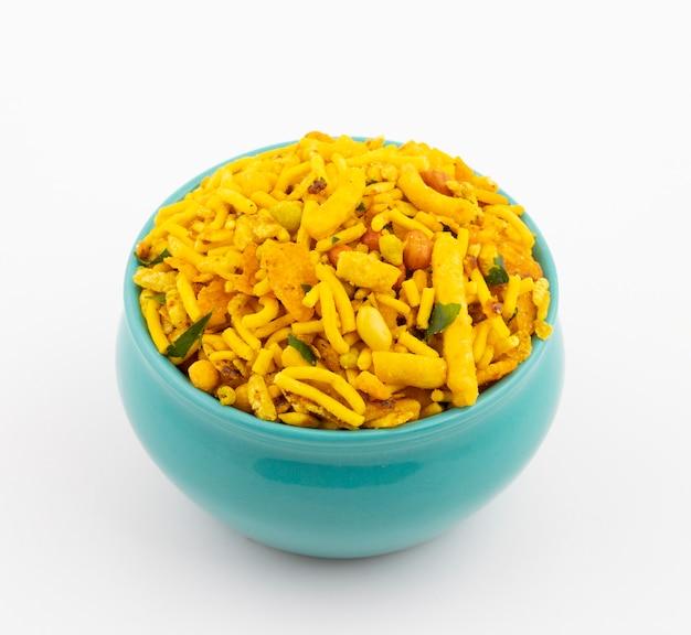 Tradycyjne indyjskie jedzenie namkeen na białym tle