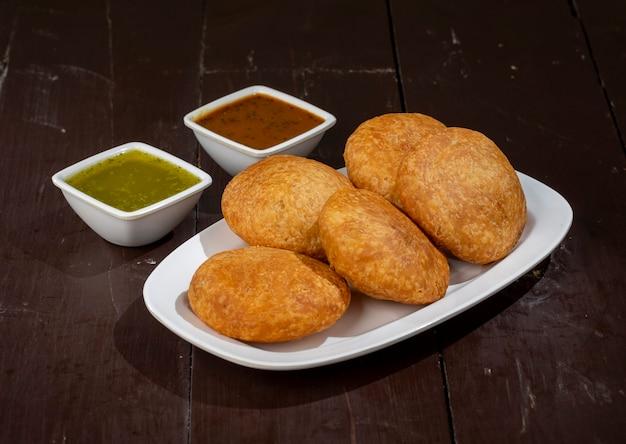 Tradycyjne indyjskie kachori znane również jako kachauri lub kachodi, nadziewane kachori z skondensowanym ziemniakiem