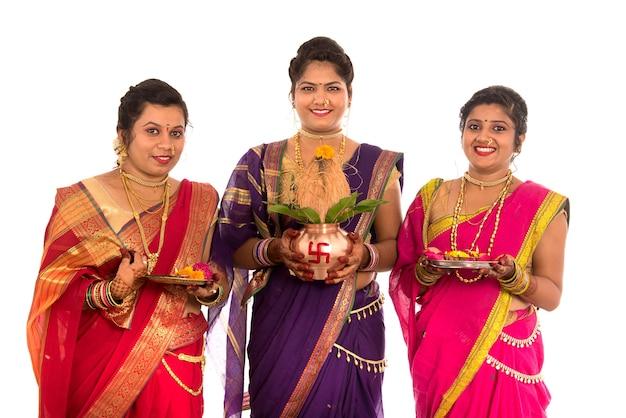 Tradycyjne indyjskie siostry wykonujące uwielbienie