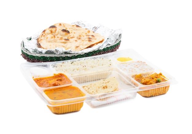 Tradycyjne indyjskie specjalne jedzenie thali