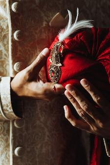 Tradycyjne indyjskie ubrania męskie i turban pagri