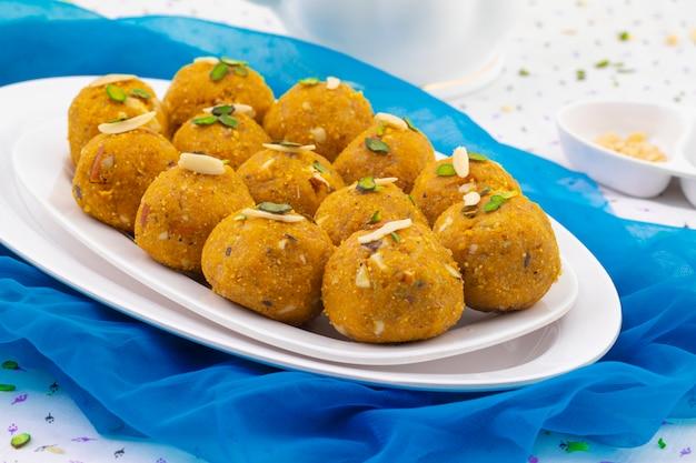 Tradycyjne indyjskie zimowe słodkie jedzenie methi laddu