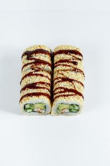 Tradycyjne japońskie jedzenie. klasyczne rolki sushi ze świeżym węgorzem i serkiem śmietankowym i kawiorem