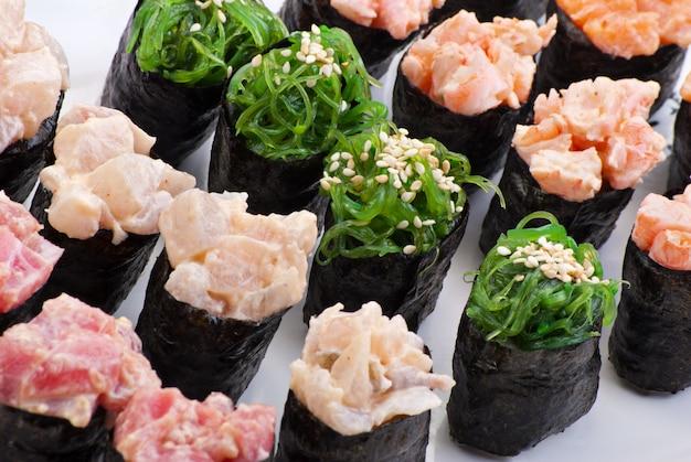 Tradycyjne japońskie jedzenie sushi. zbliżenie japońskie sushi na białym talerzu. zestaw do sushi
