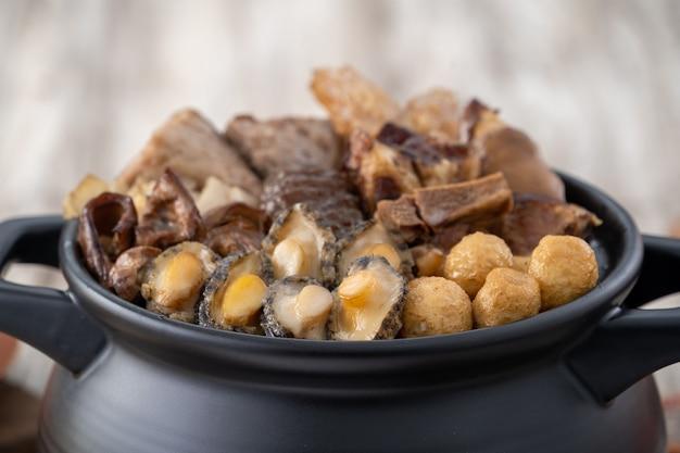Tradycyjne jedzenie chińskiego księżycowego nowego roku, budda przeskakuje przez ścianę, chińska zapiekanka z zupą, buddha's temptation, o nazwie fo tiao qiang, z bliska.