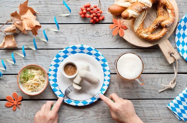 Tradycyjne jedzenie i piwo oktoberfest, mieszkanie leżało na drewnianym stole