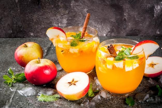 Tradycyjne jesienne napoje, koktajle z jabłkowego cydru z miętą, cynamonem i lodem.