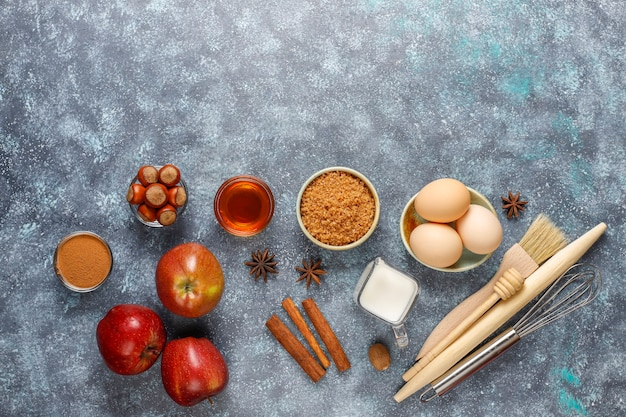 Tradycyjne jesienne składniki do wypieku: jabłka, cynamon, orzechy.