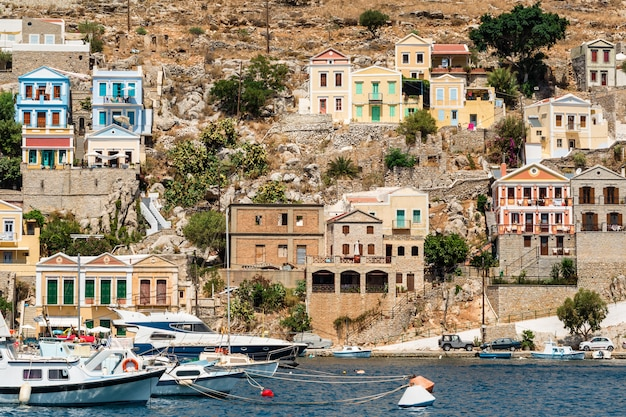 Tradycyjne kolorowe domy i port w symi wyspa dodecanese, grecja.