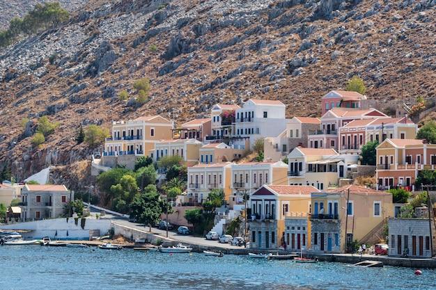 Tradycyjne kolorowe domy i port w symi wyspie dodekanez, grecja.