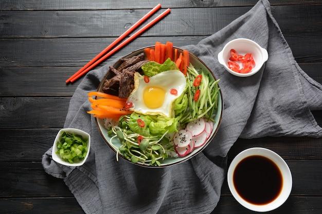 Tradycyjne koreańskie danie - bibimbap, ryż z jajkiem, wołowina i warzywa