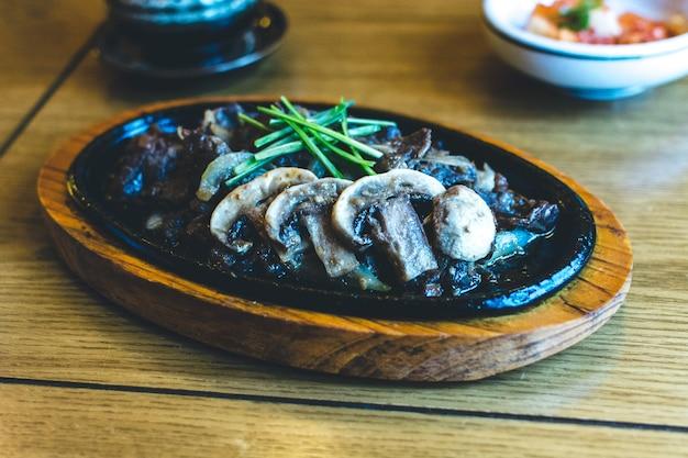 Tradycyjne koreańskie mięso wołowe z grilla bulgogi