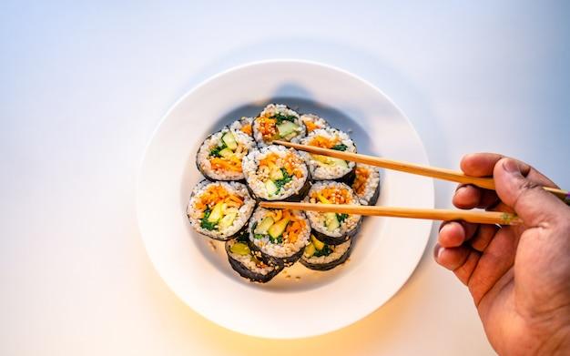 Tradycyjne koreańskie ręcznie robione jedzenie kimbap