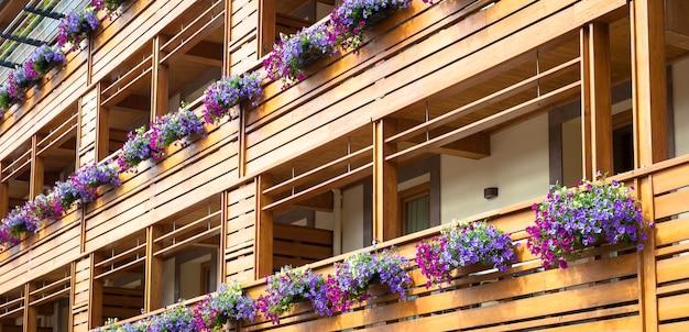Tradycyjne kwiaty ustawione w domku w regionie trentino, dolomiti, włochy
