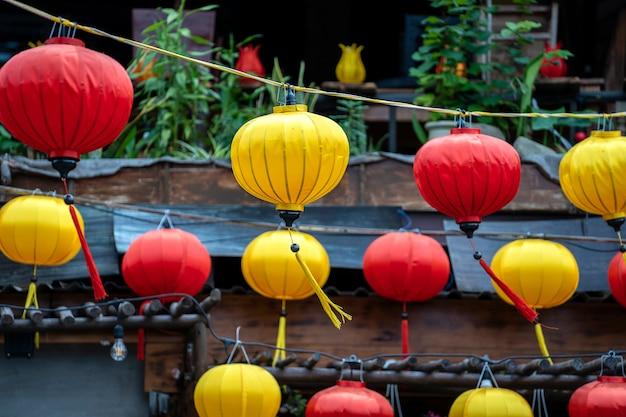 Tradycyjne lampy w hoi an starym miasteczku, wietnam
