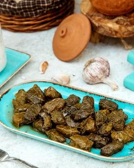 Tradycyjne liście dolma w talerzu