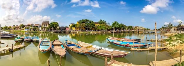 Tradycyjne łodzie w hoi an w wietnamie