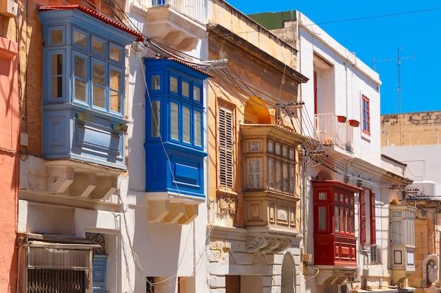 Tradycyjne maltańskie kolorowe drewniane balkony w sliemie na malcie