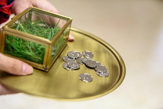 Tradycyjne małżeństwo zadatek, srebrne monety podczas uroczystości weselnej.