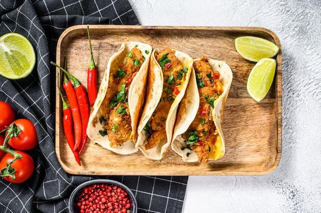 Tradycyjne meksykańskie tacos z pietruszką, serem i papryczkami chili