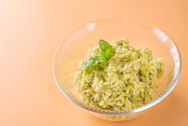 Tradycyjne meksykańskie zielone naczynie ryżowe arroz verde z ryżu długoziarnistego, szpinaku, kolendry i czosnku