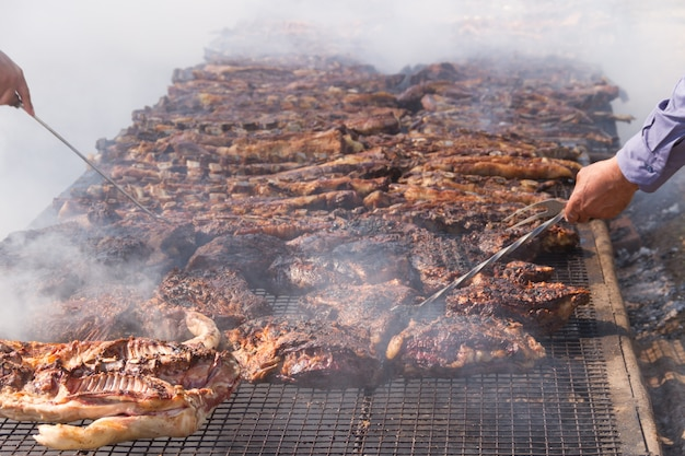 Tradycyjne mięso z grilla na grillu w argentyńskiej wsi