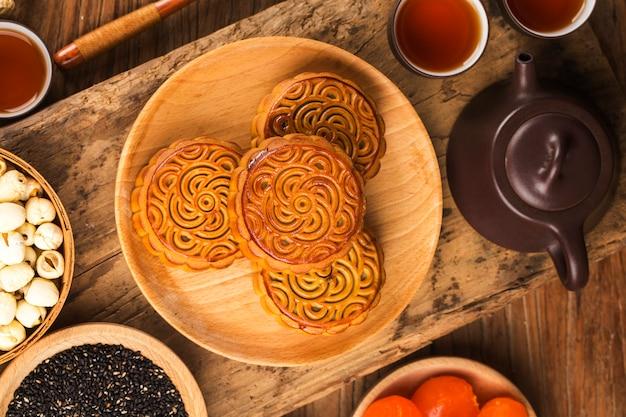 Tradycyjne mooncakes na stole z filiżanką.