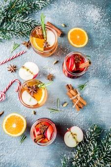 Tradycyjne napoje zimowe, biało-czerwone grzane koktajle z winem białym i czerwonym