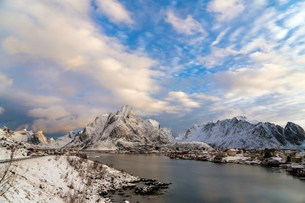 Tradycyjne norweskie kabiny rybackie, rorbuer, w wiosce reine na lofotach