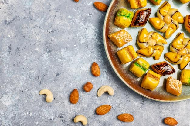 Tradycyjne orientalne słodycze z różnymi orzechami na powierzchni betonu