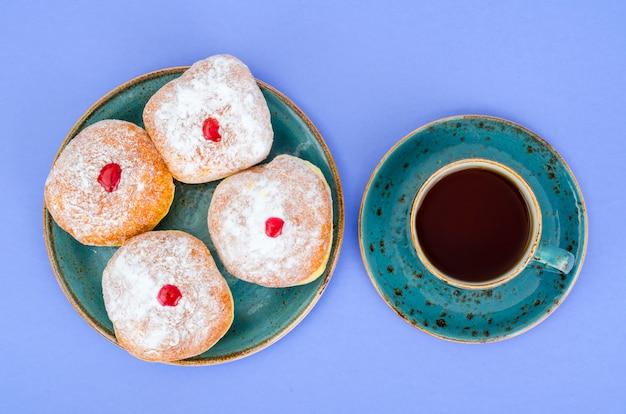 Tradycyjne pączki z cukrem pudrem i dżemem. pojęcie i tło żydowskie święto chanuka.