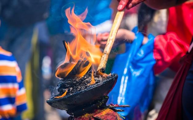 Tradycyjne palenie lampy naftowej podczas tradycyjnego festiwalu kathmandu nepal