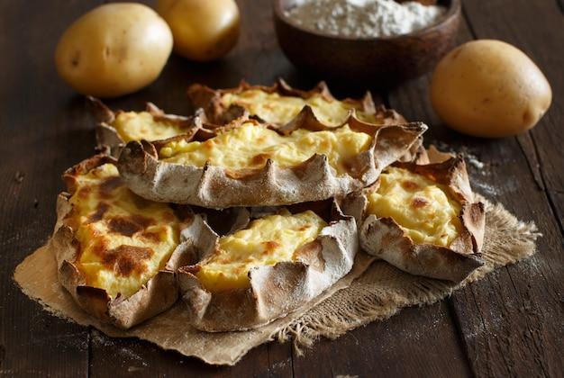 Tradycyjne paszteciki karelskie z widokiem z góry ziemniaków