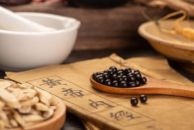 Tradycyjne pigułki medycyny chińskiej i książki medyczne