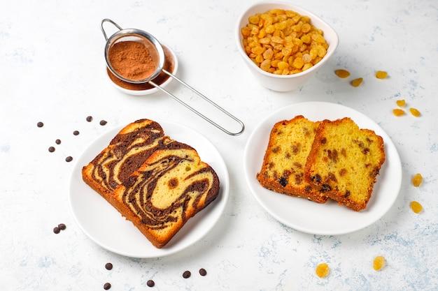 Tradycyjne plastry marmurowe ciasto rodzynkowe z rodzynkami i kakao w proszku, widok z góry