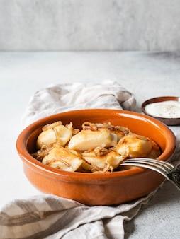 Tradycyjne polskie danie - pierogi lub pierogi lub ziemniaki vareniki i grzyby