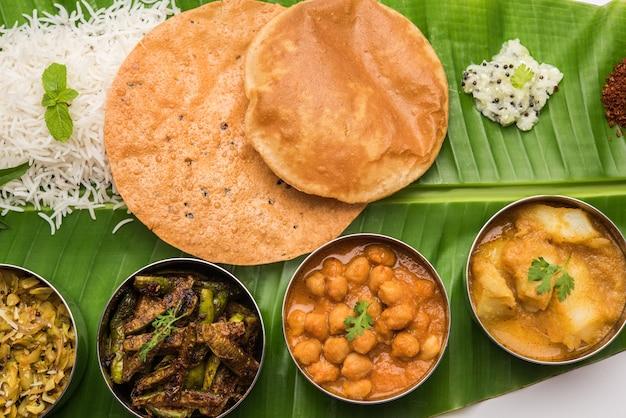 Tradycyjne południowoindyjskie danie lub jedzenie podawane na dużym liściu bananowca, półmisku z jedzeniem lub kompletnym thali. selektywne skupienie